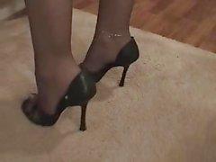 Brandi antaa isku - ja footjob vuonna sukkahousut .