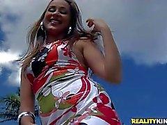 Atractiva de culo al aire de Latina de Bianca Lopes en bikiní rojo toma vástago negro