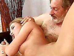 Leuke tiener wordt geneukt door oude man