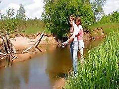 Jeune couple en taper par le lac