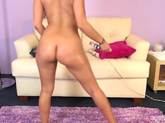 Foxy brunette Jynx Maze goes live to show it and toy her pussy