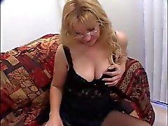 Mature Blonde geniet 2 lullen En eet Spunk