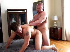 Straight Muscle Jock Friends suce et baise fort après le bronzage