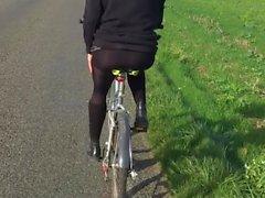 bicyclette et minijupe