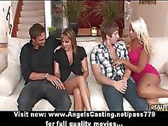 Foursome swinger kön part med heta fruar gör avsugning och körd