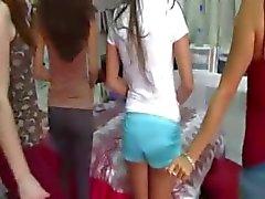 Twee jonge college meisjes genieten penissen