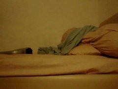 Mellanbrunt asiatiska kille Cumming i i massageapparat