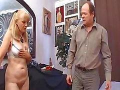 Vanha prostituoitu yrittää todistaa, että hän on edelleen kuuma miesten kanssa sängyssä