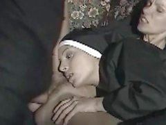 Dos monjas italianas me la chupan a la vez