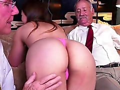 Cutie Ivy Rose obtient caressée par Rich Old Men