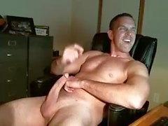 papà bisessuale accarezzando il suo cazzo
