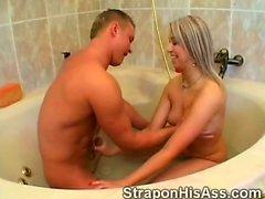 Hottie passe court Kinky de sa drôle de ami en toilettes