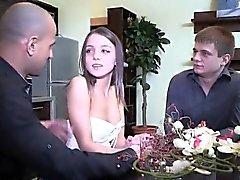 El amante de Penniless deja a amigo flirty follar a su ex-novia