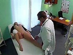 Verletzten Knie Blonde by Arztes in Kunst Krankenhaus durchgefickt