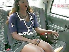 Sexy negro mujer golpeó por el conductor de fraude