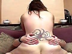 Grassouillet l'étudiante tatouée aux seins défoncés