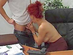 Hot Euro Äldre Redhead Bangs I Office