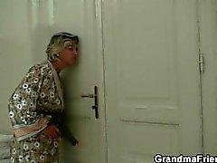 Hot 3some avec granny et les garçons thiefs étudiants