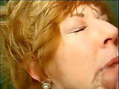 Mature Mom Diane Richards erhält mit Hahn Überladen