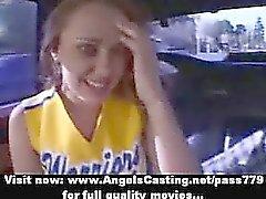 Stunning redhead Amigo kız Teen bir oral yapmaya arabasında