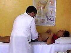 Asiatica spruzza giovane ragazzo clistere a ufficio medici