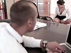 Sexig kontors spex babe blir cumshot på webbkamera