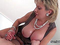Unfaithful britische Milf Dame sonia prangt ihre großen Brüste