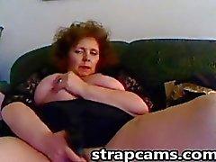 Busty kızıl Anneanne büyük bir seks oyuncak ile onu kedi sikikleri
