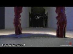 Gebonden zwarte man in staal beperkingen geneukt door een enorme lul rondborstige zwarte tranny