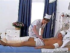 Sarah enthält die Rolle des frech Krankenschwester für ihre oben geschlagen
