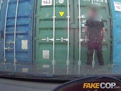 Gefälschte Cop Brunette hat etwas Spaß draußen mit frechen Polizist