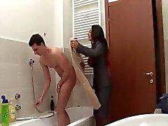 mãe entra no banheiro - italiano