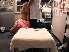 Di ragazza dolce giapponese non ha di massaggiatore ditalino sua fica pelosa