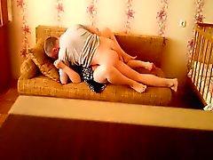 Hot couple fout sur le sofa