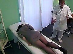 Lapsi leikittelee hierontaa työkalua väärennetty sairaalan