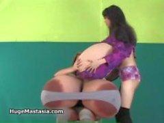 Kåta sexiga tjejer med stora stora bröst