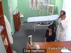 Beau patient suce sexe en médecins faux hospitaliers
