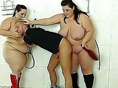 Tirkistelijä poika nöyryytetään ja julmasti rangaista 2 BBWs