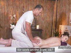 Hairy slut vagina scopato sul lettino da massaggio