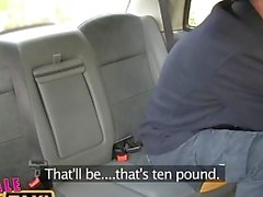 FemaleFakeTaxi fugitivo passageiros contido por motorista loira dominante