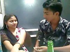 Indiase liefhebbers kussen n Boobs squeeszing voorkant van vrienden