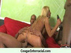 Puma de con pechos grandes seduce a jovenes Guy Negro de 16