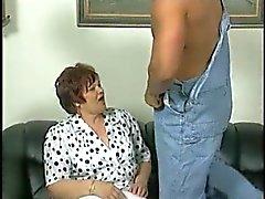 Chubby Granny in White Sukkahousut vittuile