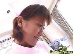 L'infermiera giapponese ottiene la figa pelosa sbattuta