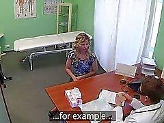 Sexig blonda flickan knullas av en förfalskning läkarens