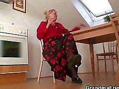 Ancienne veuves guise deux hommes se de réparation