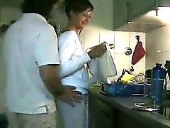 Mujer lindo de la follan de la cocina
