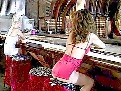 Upea blondi lesbo accosts seksikäs brunette punainen sitten vittuile hänen hieromasauva