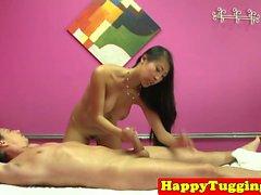masseuse asiatique Busty Remorqueurs client sur spycam