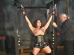 Heiße junge BDSM Brünette in Korsett liebt verworrene Spiel in der Sex-Kerker